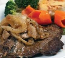 شرائح اللحم المتبلة مع البصل المحمّر