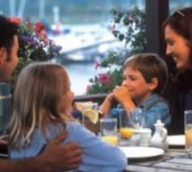 فوائد جلوس العائلة على مائدة الطعام