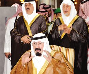 الملك عبدالله بن عبدالعزيز لحظة الصلاة على الفقيد   (واس)